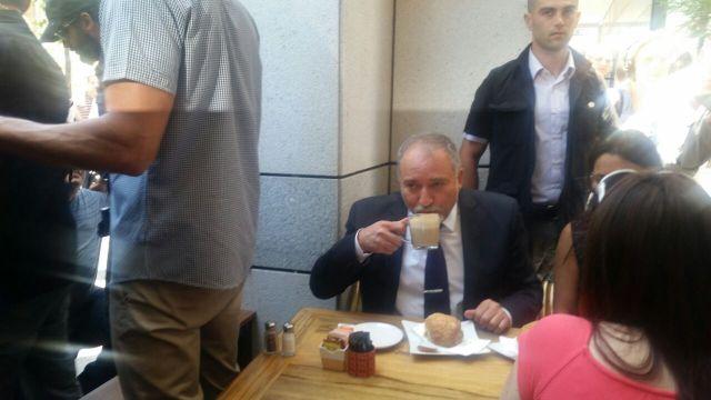 izraelinfo liberman reggelizik a merenylet helyszinen