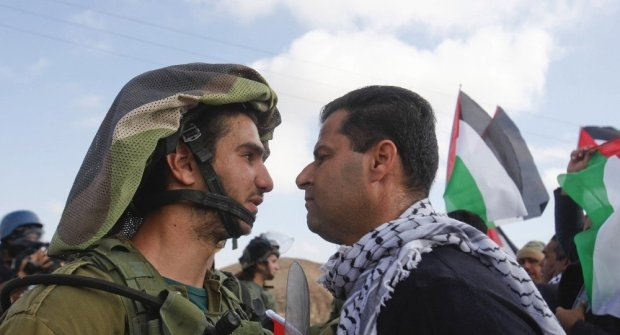 izraeli katona palesztinnel szemben